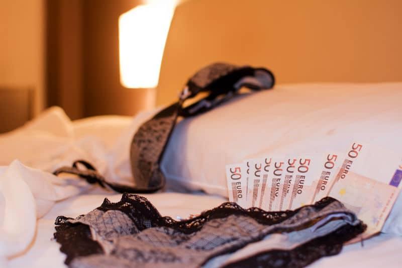 Prostitutas rifam no sexo e dividem dinheiro